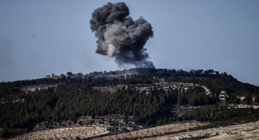 Dym od wybuchu w rejonie syryjskiego miasta Afrin w czasie tureckiej operacji Gałązka Oliwna