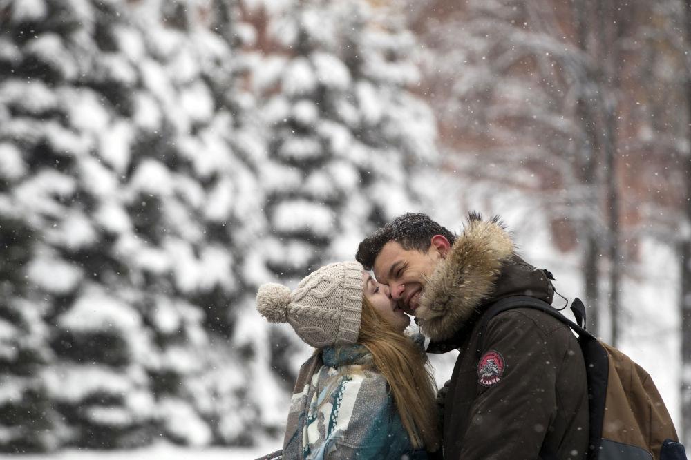 Zakochana para w Ogrodzie Aleksandrowskim w Moskwie