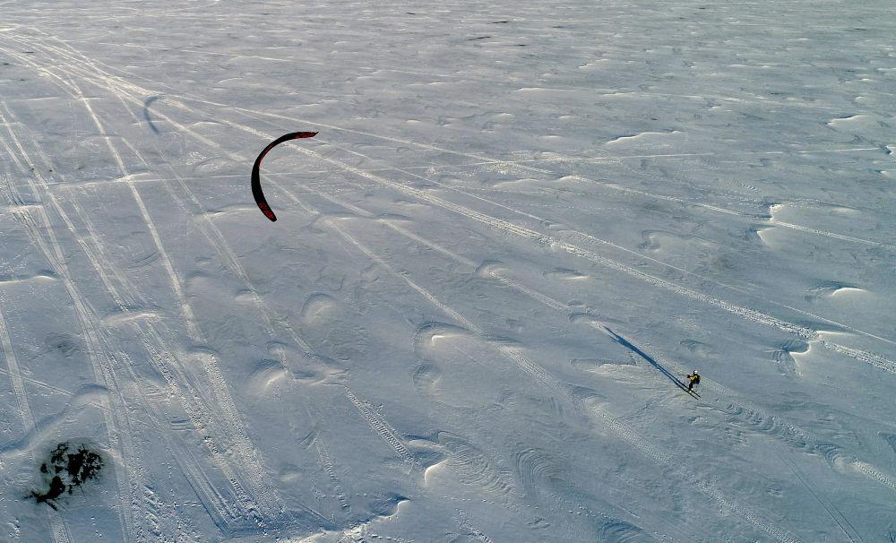 Snowkiting na zamarzniętym Jeniseju w Kraju Krasnojarskim