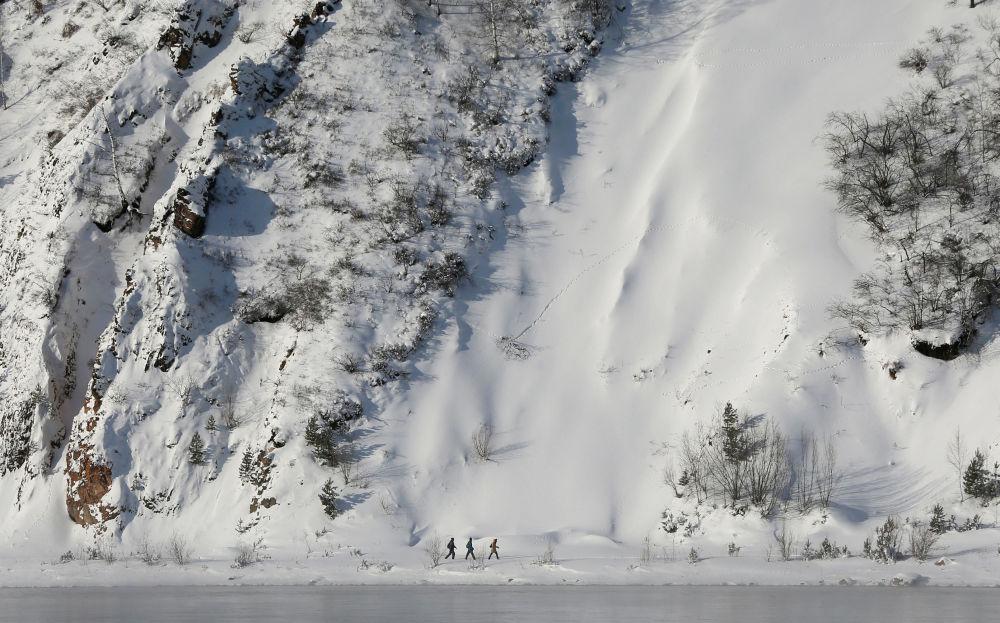 Ludzie nad brzegiem rzeki Jenisej niedaleko Krasnojarska. Temperatura powietrza około minus 21 stopni Celsjusza