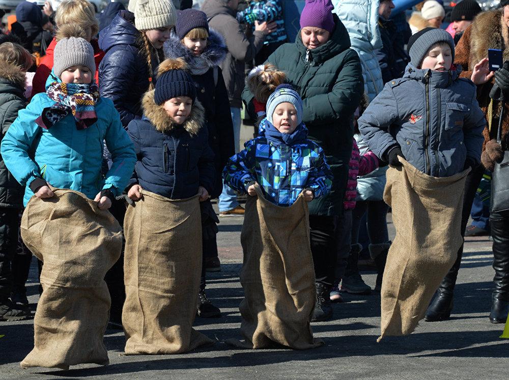 Bieganie w workach na centralnym placu Władywostoku.