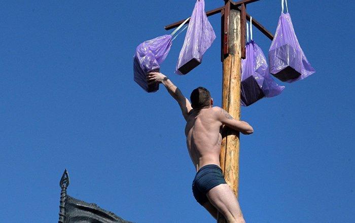 Uczestnicy zabaw ludowych na centralnym placu Władywostoku.