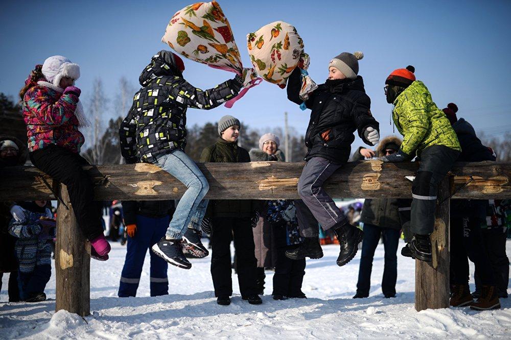 Uczestnicy tradycyjnej zabawy w bój na worki w parku miasta Kolcowo w obwodzie nowosybirskim.