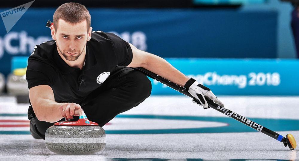 Rosyjski sportowiec Aleksander Kruszelnicki w meczu o trzecie miejsce turnieju curlingowego Rosja-Norwegia na zawodach w parach mieszanych na XXIII Zimowych Igrzyskach Olimpijskich