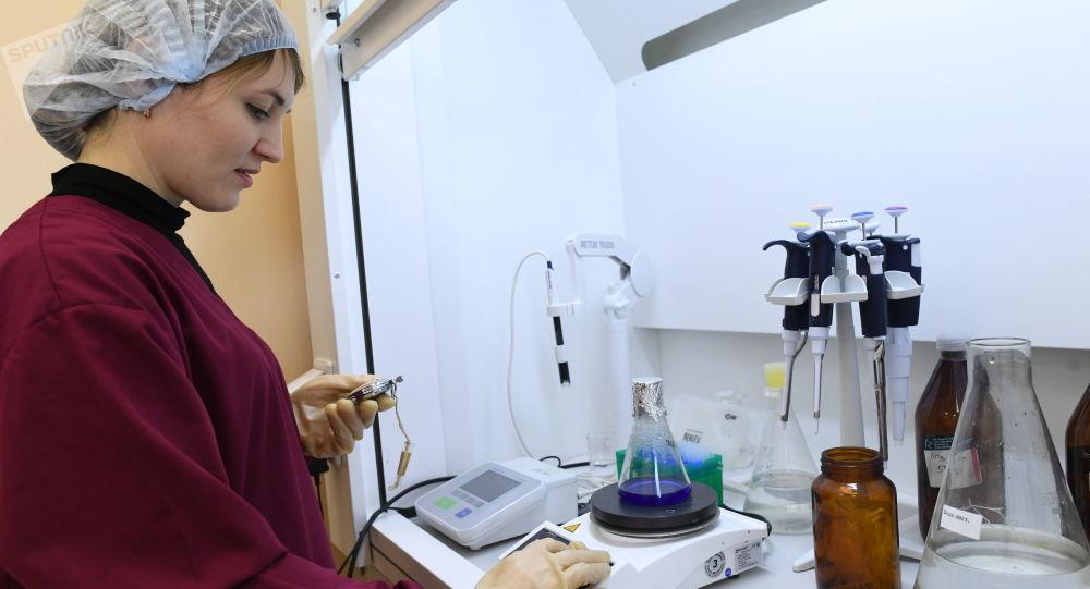 Pracownica zakładu produkcji antybiotyków Biochimik w Sarańsku