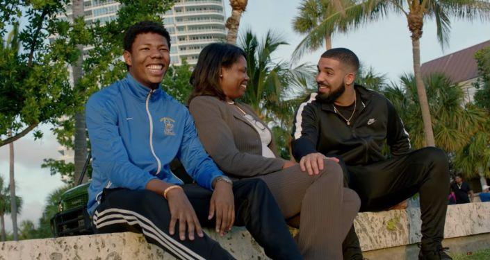 "Kadr z teledysku rapera Drake'a ""God's Plan"""