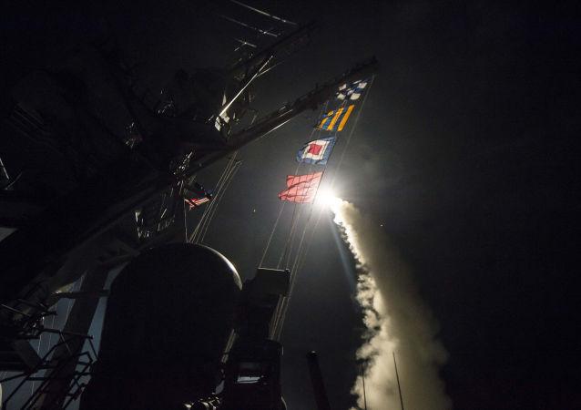 Wystrzelenie pocisku Tomahawk z amerykańskiego niszczyciela USS Ross