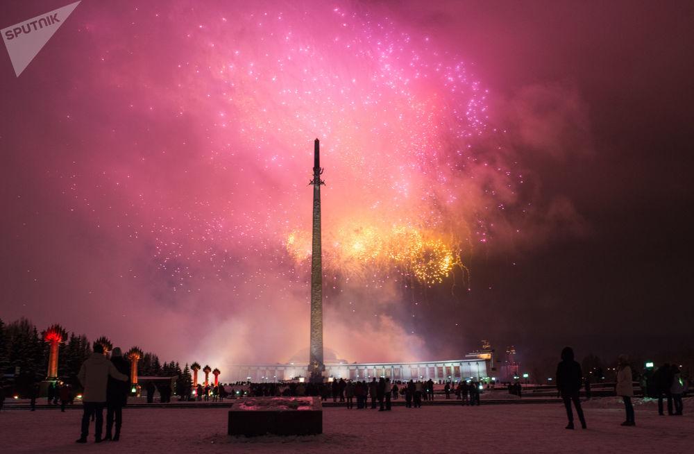 Fajerwerki na cześć Dnia Obrońcy Ojczyzny na Pokłonnej Górze w Moskwie.