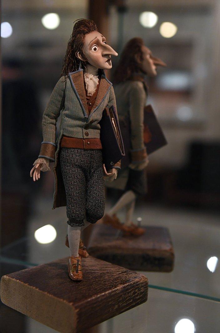 """Lalka przedstawiająca Ernsta Hoffmanna, bohatera filmu """"Hoffmaniada, podczas wystawy w Rosyjskim Domu Nauki i Kultury w Berlinie."""