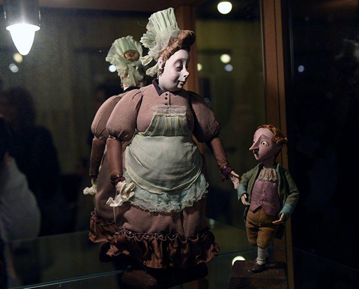 """Lalki przedstawiające małego Ernsta Hoffmanna i jego nianię, bohaterów filmu """"Hoffmaniada, podczas wystawy w Rosyjskim Domu Nauki i Kultury w Berlinie."""