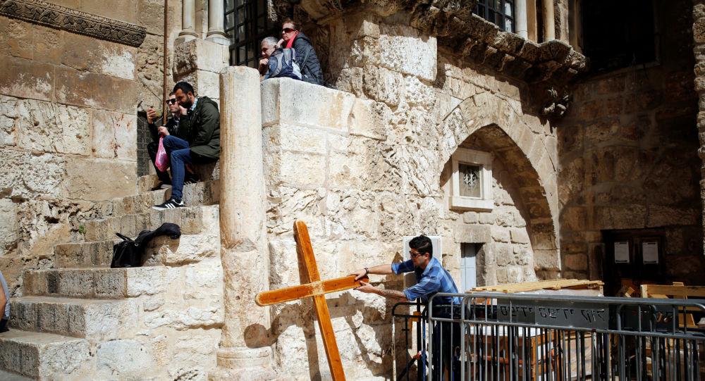 Wejście do Bazyliki Grobu Pańskiego w Jerozolimie
