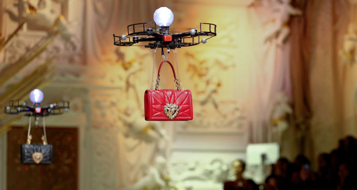 Drony prezentujące nową kolekcję torebek Dolce & Gabbana w czasie tygodnia mody w Mediolanie
