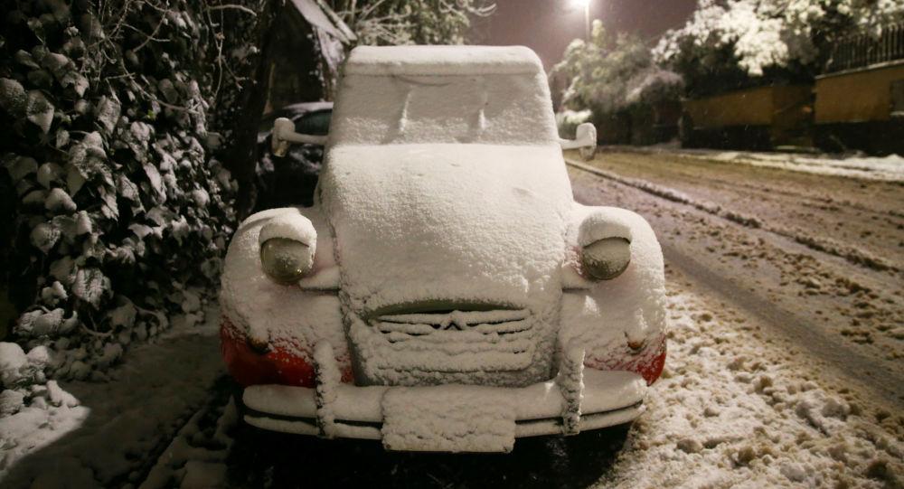 Pokryty śniegiem samochód w Rzymie