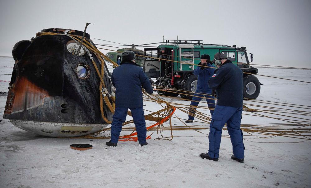 """Kapsuła lądownika """"Sojuz MS-06"""" z trzema członkami załogi Międzynarodowej Stacji Kosmicznej wylądowała w Kazachstanie"""