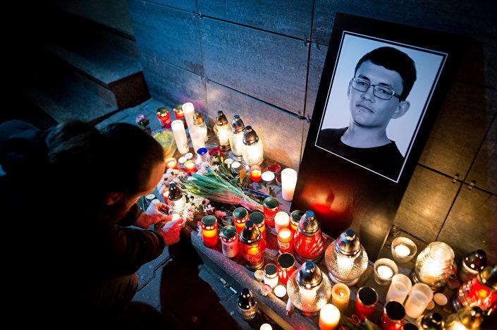 Kwiaty i znicze ku pamięci zabitego Jana Kuciaka