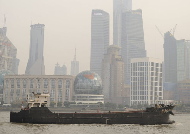 Statek płynie po rzece Huangpu w Szanghaju