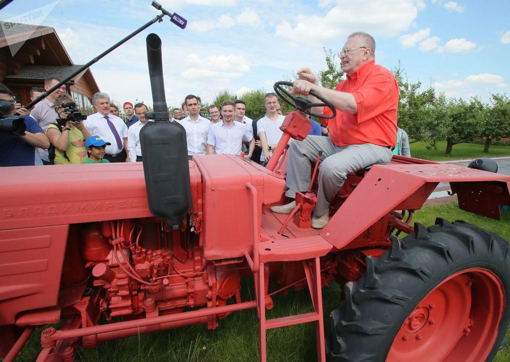 Władimir Żyrinowski odwiedza zakład Sowchoz imienia Lenina
