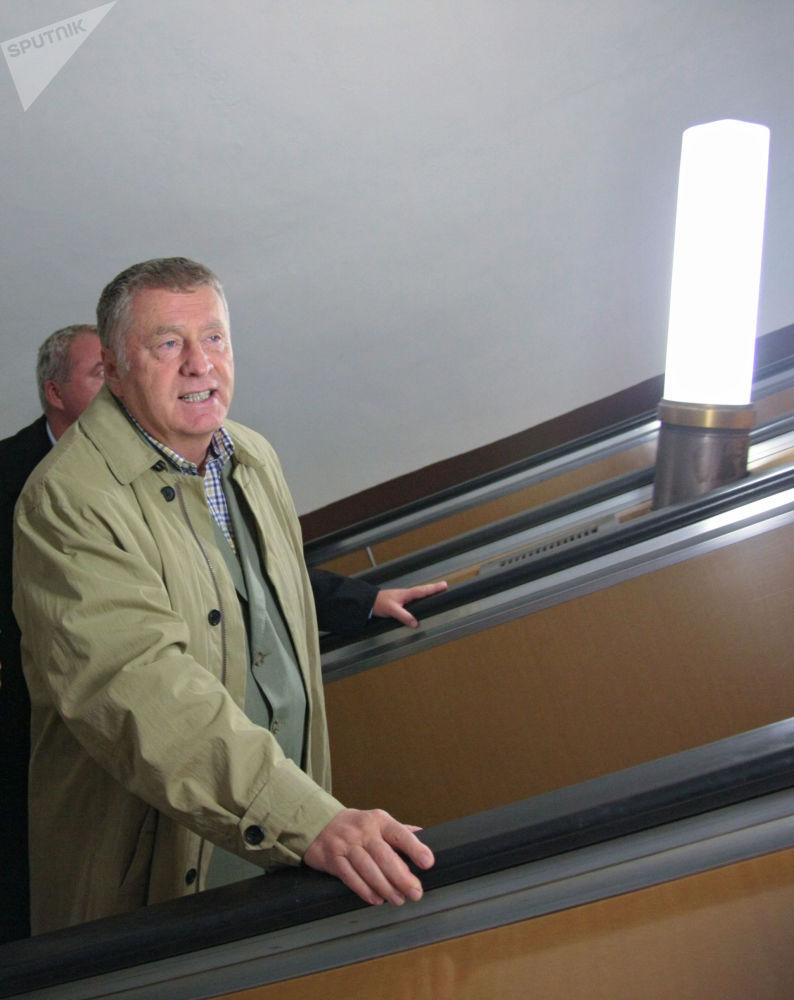 Władimir Żyrinowski w moskiewskim metrze
