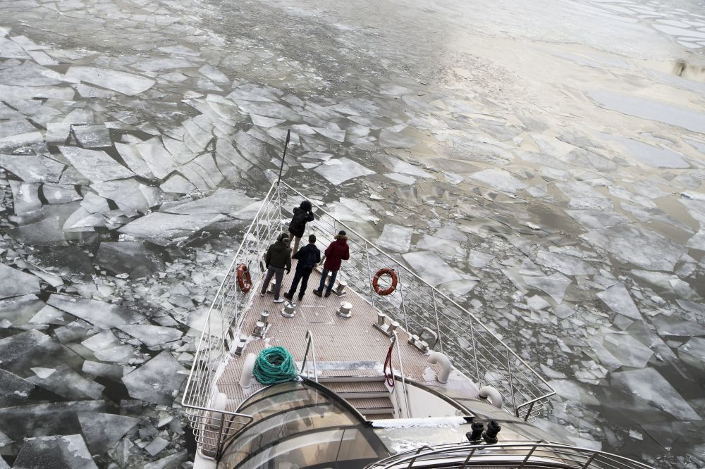 Pasażerowie na pokładzie statku turystycznego płynącego po rzece Moskwie