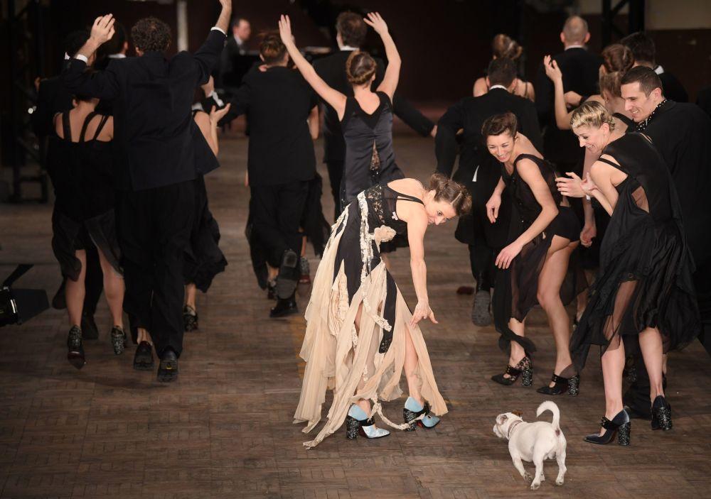 Modelka z psem na scenie podczas pokazów Antonio Marras w Mediolanie