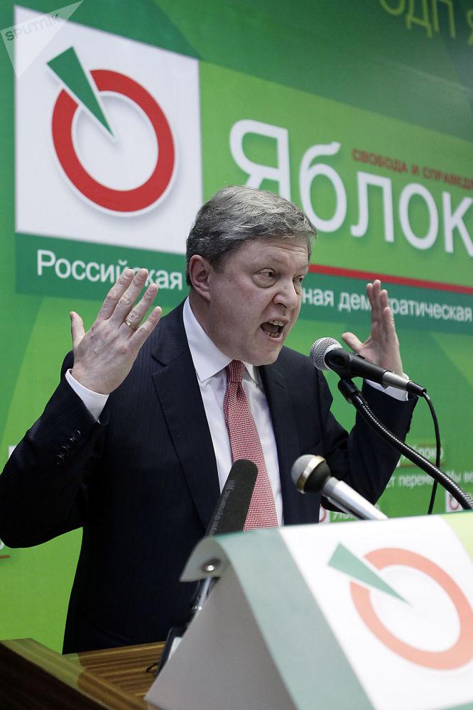 Lider Jabłoka Grigorij Jawliński, przemawia na drugim etapie XVI Zjazdu partii w Moskwie