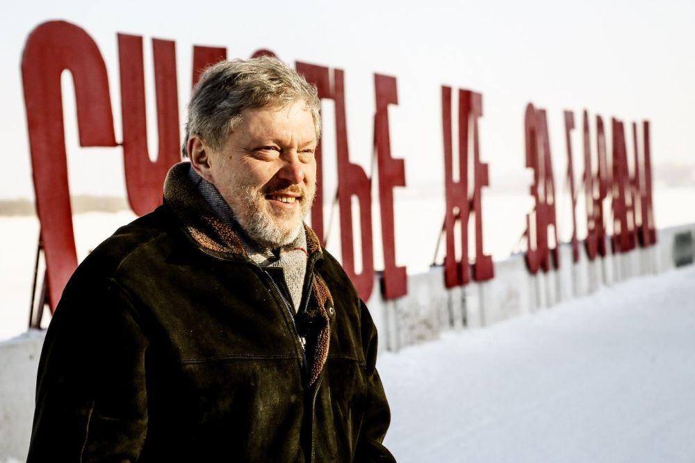 Kandydat na prezydenta Rosji z partii Jabłoko Grigorij Jawliński na skarpie rzeki Kamy w Permie