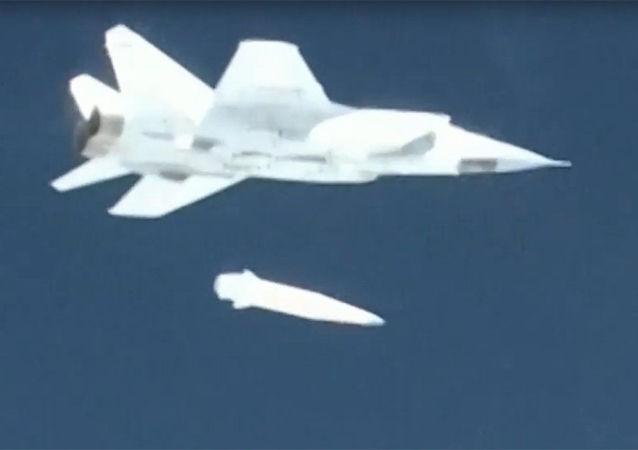 """Demonstracja testu lotniczego systemu rakietowego """"Kinżał"""" podczas transmisji orędzia prezydenta Federacji Rosyjskiej Władimira Putina do Zgromadzenia Federalnego"""