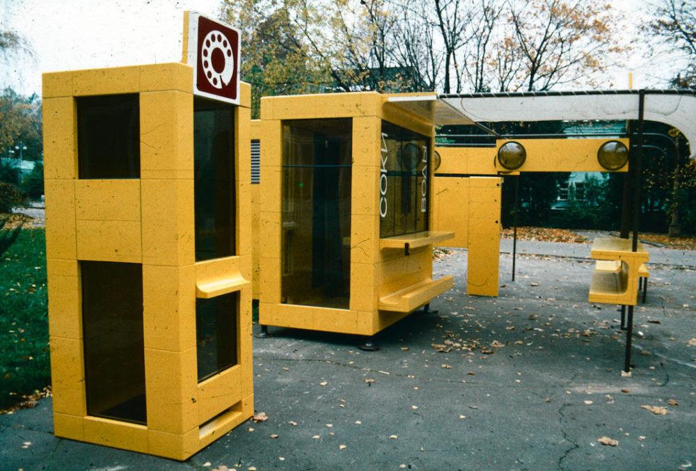 W Tbilisi w 1986 roku przeprowadzono eksperyment w zakresie tworzenia zupełnie nowego środowiska. Z pięciu modułów montowano różne konstrukcje uliczne, m.in. kioski, fontanny, ławki i piaskownice dla dzieci. Używano niedrogich, antywandalowych materiałów pochodzących z recyklingu.