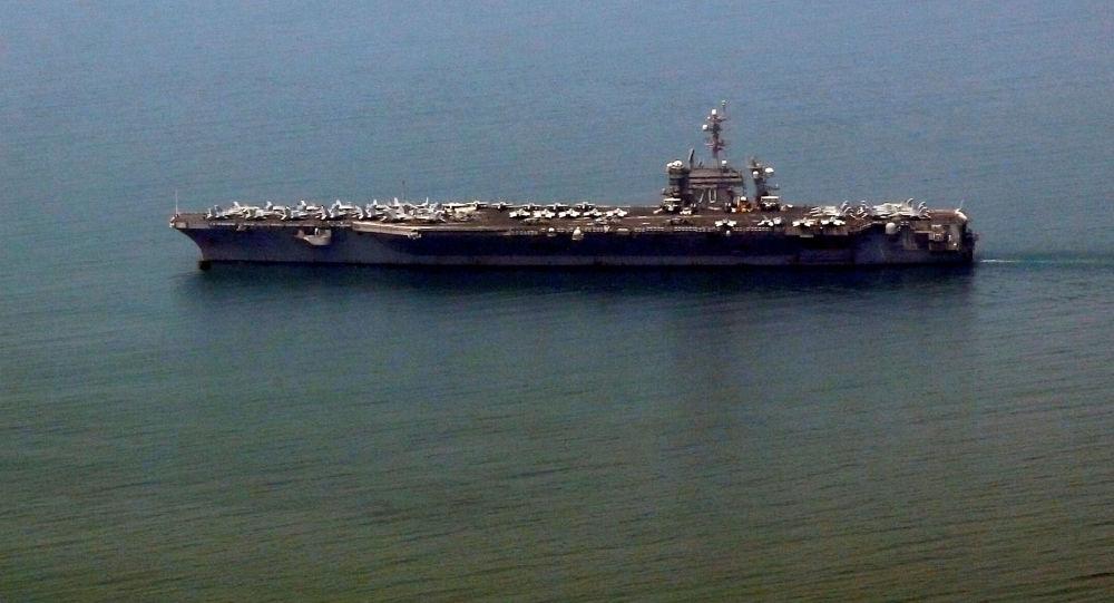 Lotniskowiec USS Carl Vinson w porcie Danang, Wietnam