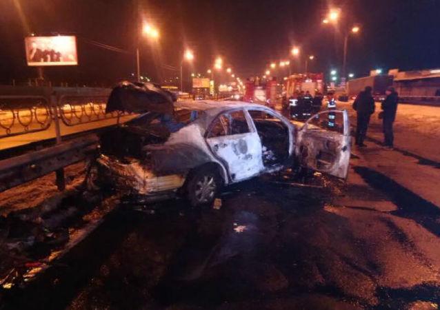 Spalony samochód w miejscu wybuchu w Kijowie na Ukrainie