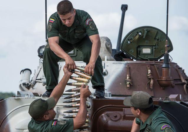 Żołnierz sił zbrojnych Wenezueli na poligonie w Ałabinie w obwodzie moskiewskim, gdzie odbywają się wyścigi treningowe w ramach Wojskowych Igrzysk Międzynarodowych - 2015