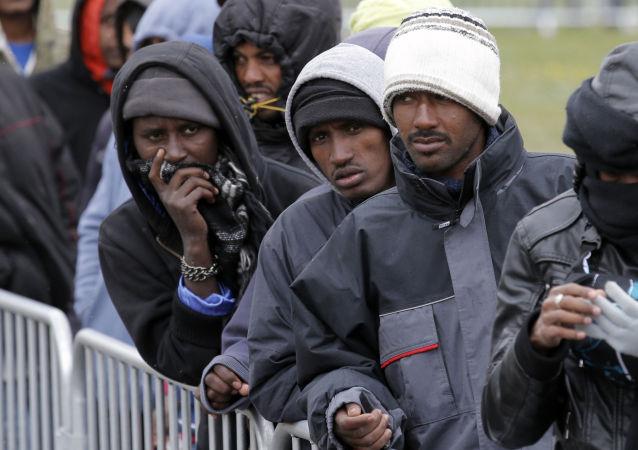 Imigranci w obozie w Calais
