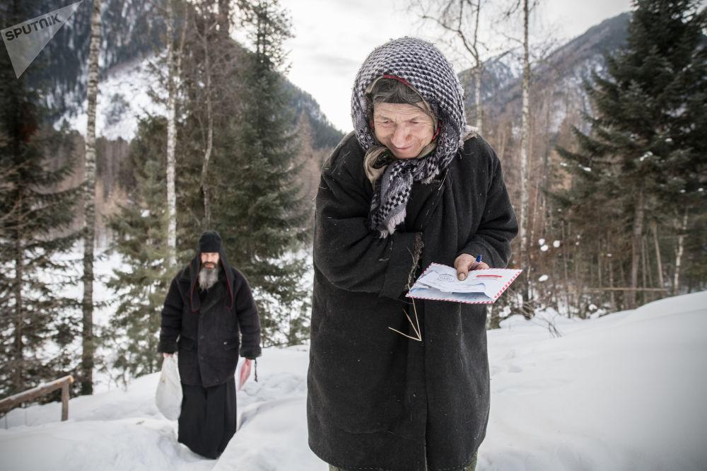Agafia otrzymuje listy, paczki z ubraniami, jedzeniem i niezbędnymi towarami.