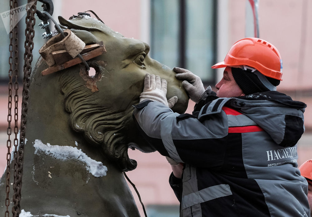 Demontaż rzeźb na Moście Bankowym w celu odrestaurowania