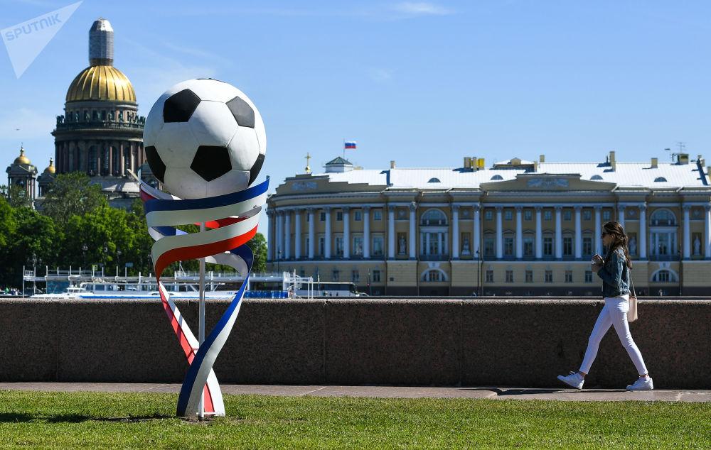 Rzeźba w postaci piłki w Petersburgu
