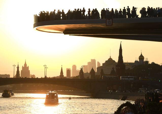Most w parku Zaryadye w Moskwie