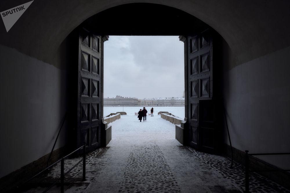 Brama Twierdzy Pietropawłowskiej w Petersburgu