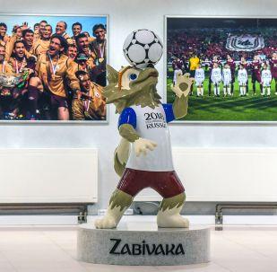 Maskotka Mistrzostw Świata w Piłce Nożnej 2018 Zabiwaka na stadionie w Kazaniu