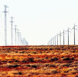Linie elektroenergetyczne w pobliżu australijskiego poligonu badawczego i kosmodromu Woomera