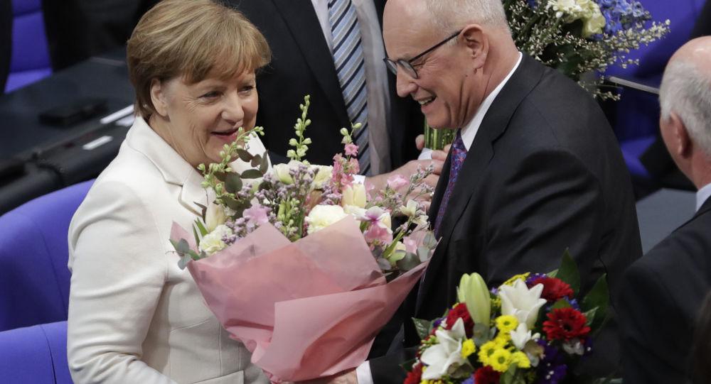 Kanclerz Niemiec Angela Merkel z kwiatami