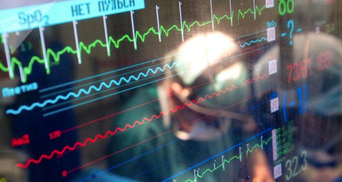 Monitor pokazujący parametry życia pacjenta podczas operacji