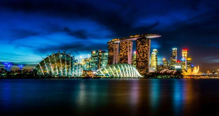 Wieżowce w Singapurze nocą