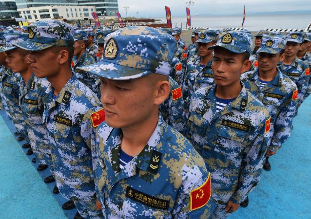 """Chińscy żołnierze podczas ceremonii otwarcia międzynarodowych zawodów """"Sea Cup 2017"""" i """"Morski Desant 2017"""" we Władywostoku"""