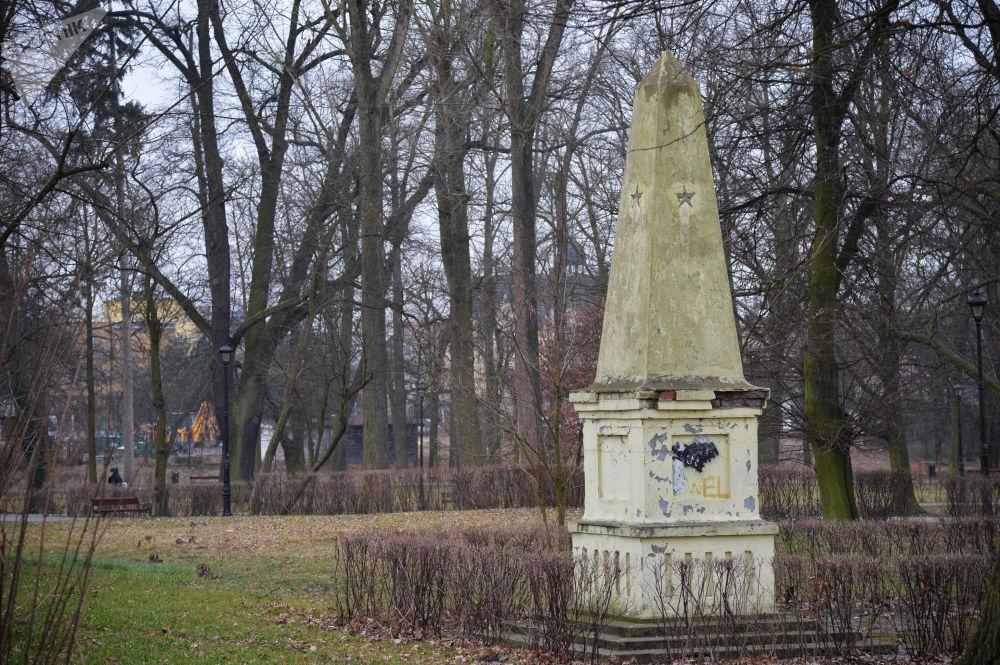 Obelisk w Ścinawie upamiętniający poległych żołnierzy Armii Czerwonej.