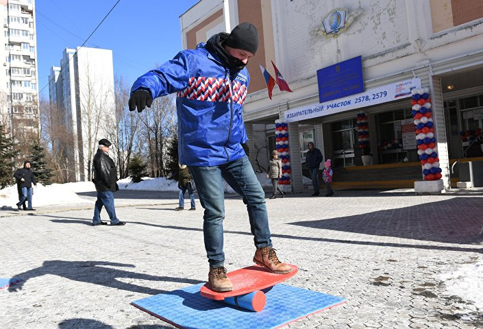 Wolontariusz pod lokalem wyborczym w Moskwie.