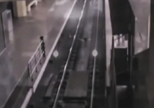Pociąg widmo na stacji w chińskim mieście Baotou