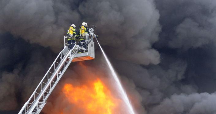 Czescy strażacy gaszą pożar. Zdjęcie archiwalne