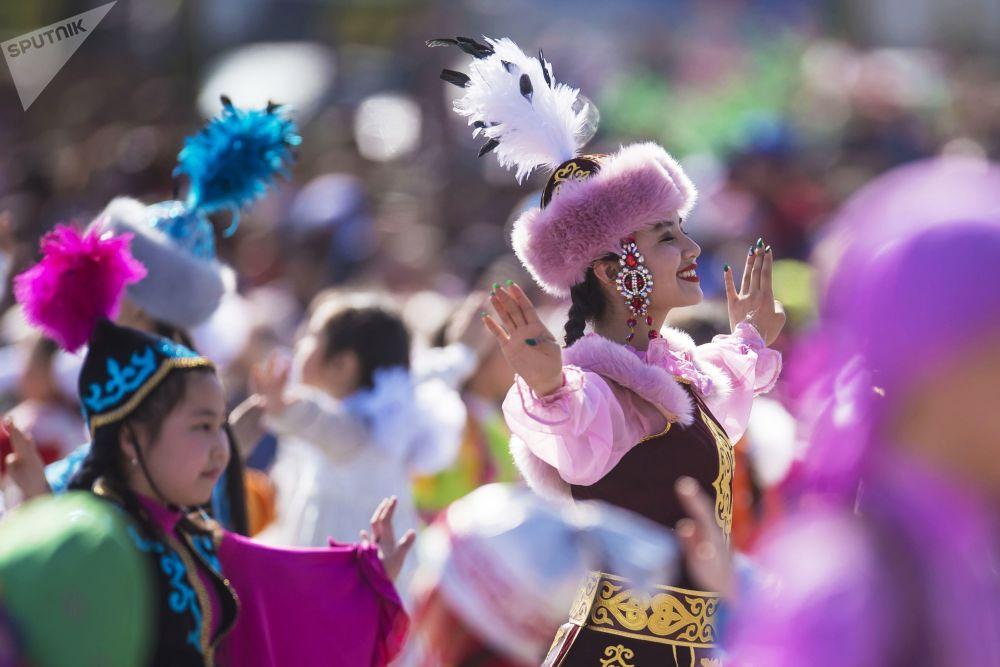 Uczestnicy zespołu tanecznego podczas koncertu poświęconego świętu Navruz, na Placu Ala-Too w Biszkeku
