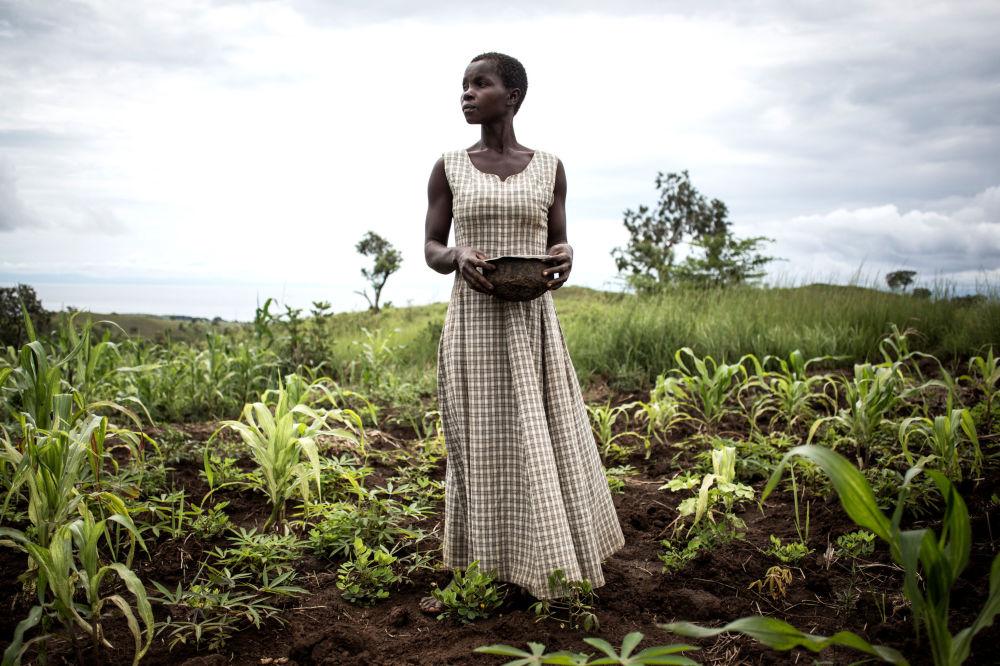 Kobieta sieje nasiona w sąsiedztwie obozów przejściowych dla przesiedleńców i repatriantów, Demokratyczna Republika Kongo