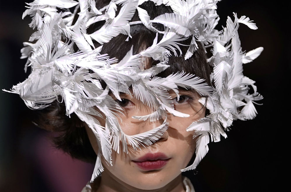 Modelka pokazuje kolekcję projektanta Ohalu Ando na pokazie w ramach Tygodnia Mody w Tokio